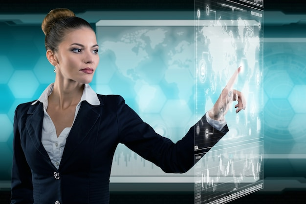 Młoda biznesowa dama rozmawia przez telefon i pracuje w futurystycznym biurze