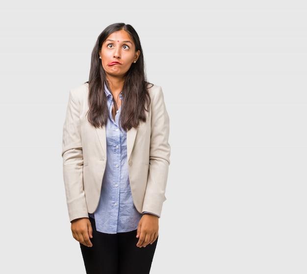 Młoda biznesowa indyjska kobieta szalona i desperacka, krzyczy z kontrola, śmieszny szaleniec wyraża wolność i dzika