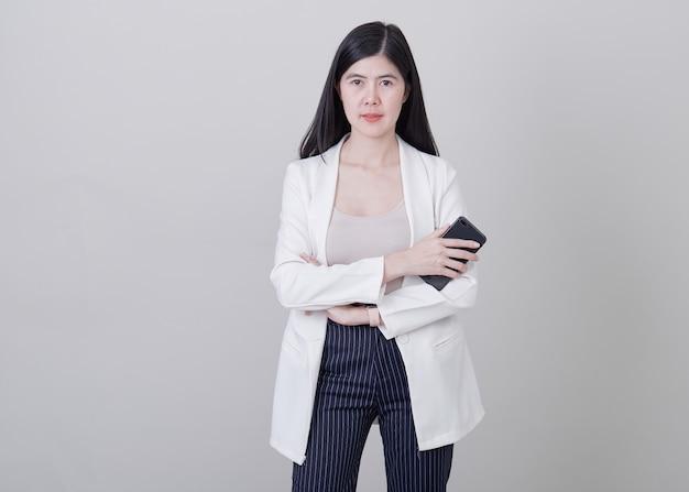 Młoda biznesowa kobieta cieszy się telefon