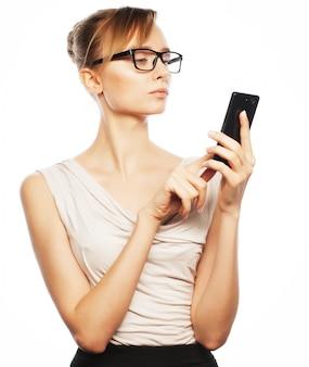 Młoda biznesowa kobieta dzwoni telefonem