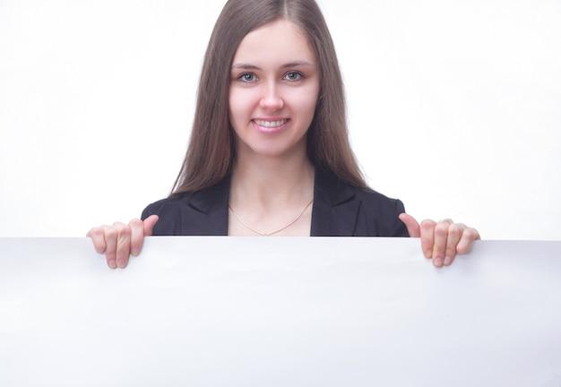 Młoda biznesowa kobieta kierownika pokazując pusty transparent. na białym tle