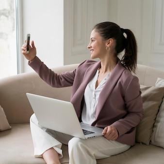 Młoda biznesowa kobieta ma wideorozmowę
