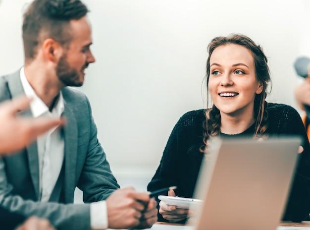 Młoda biznesowa kobieta na spotkaniu z grupą roboczą