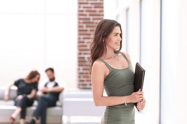 Młoda biznesowa kobieta patrząca przez biuro window.photo z miejscem na kopię