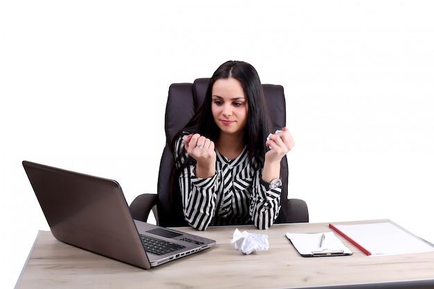 Młoda biznesowa kobieta pisze jej biurku coś