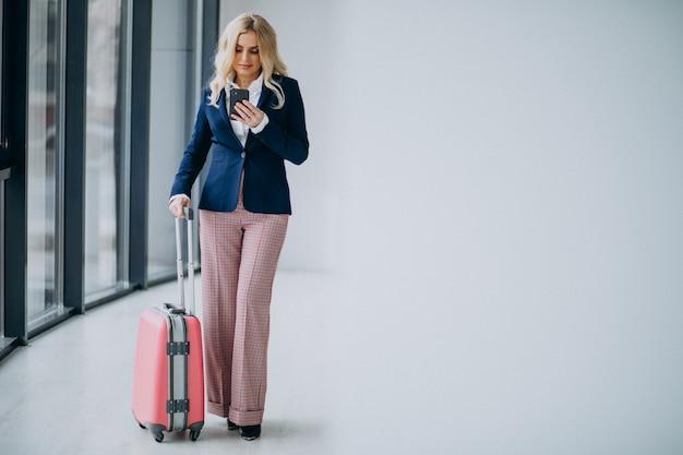 Młoda biznesowa kobieta podróżuje na biznesie