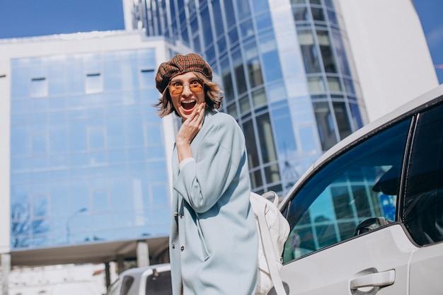 Młoda biznesowa kobieta podróżuje samochodem elektrycznym