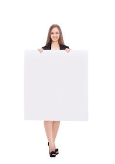 Młoda biznesowa kobieta pokazująca pusty plakat na białym tle