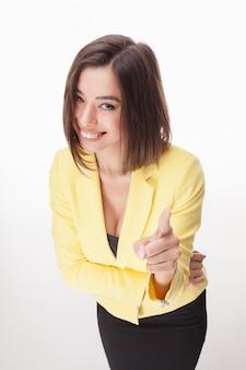 Młoda biznesowa kobieta pokazuje pozować