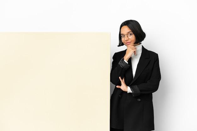 Młoda biznesowa kobieta rasy mieszanej z dużym sztandarem na białym tle myślenia