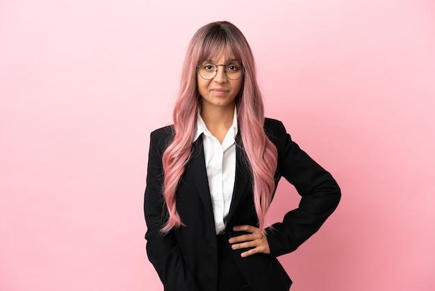 Młoda biznesowa kobieta rasy mieszanej z różowymi włosami na białym tle ze śmiechu