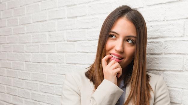Młoda biznesowa kobieta relaksował myśleć o coś patrzeje odbitkową przestrzeń