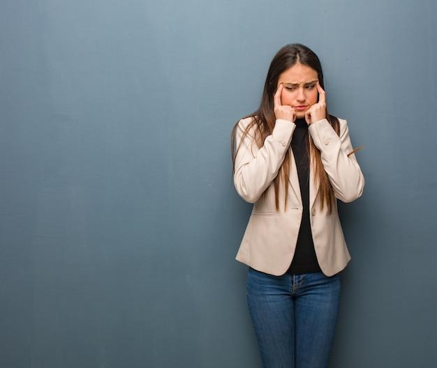 Młoda biznesowa kobieta robi koncentracyjnemu gestowi