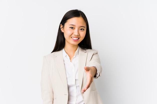 Młoda biznesowa kobieta rozciąga rękę przy kamerą w powitanie gescie.