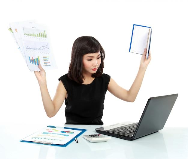 Młoda biznesowa kobieta ruchliwie z laptopem