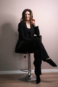 Młoda biznesowa kobieta siedzi na krześle