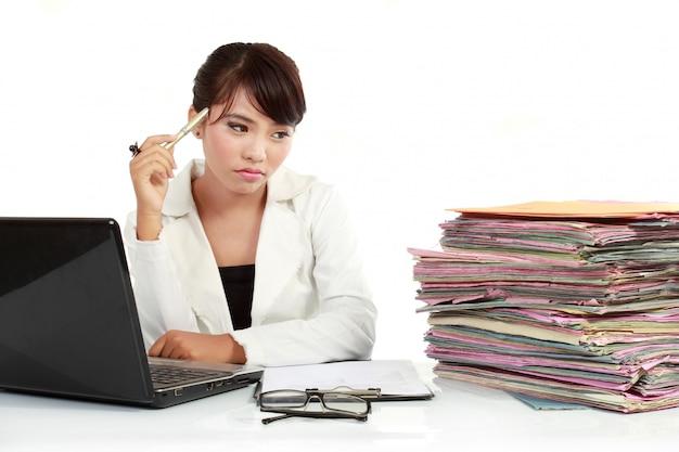 Młoda biznesowa kobieta stresująca się przy pracą