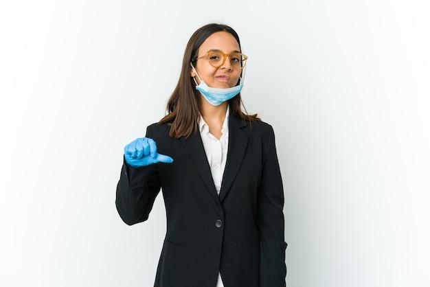 Młoda biznesowa kobieta ubrana w maskę, aby chronić przed covid, pokazując gest niechęci, kciuk w dół