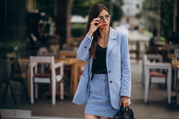 Młoda biznesowa kobieta ubrana w niebieski garnitur