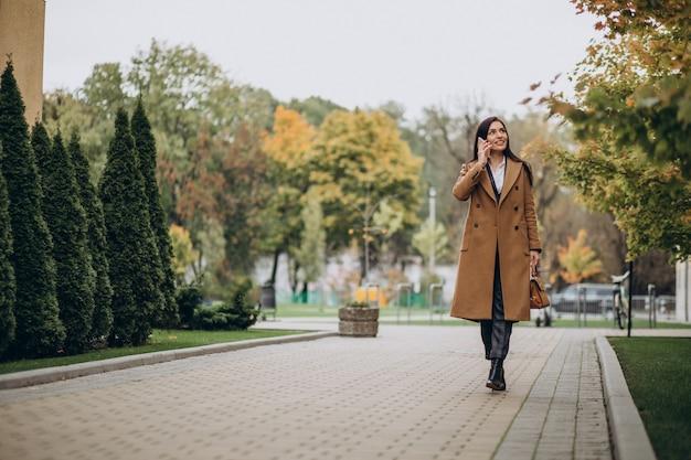 Młoda biznesowa kobieta używa telefonu