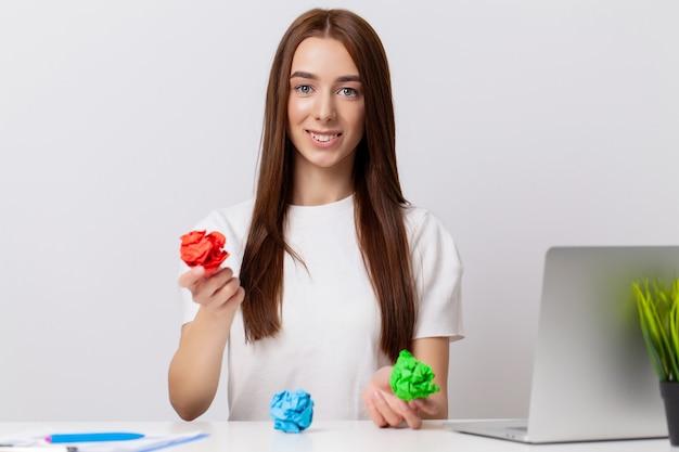 Młoda biznesowa kobieta w biurze trzymając pomięty papier