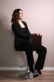 Młoda biznesowa kobieta w czarnym garniturze