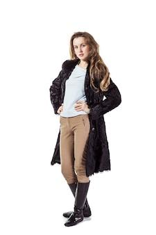 Młoda biznesowa kobieta w czarnym płaszczu