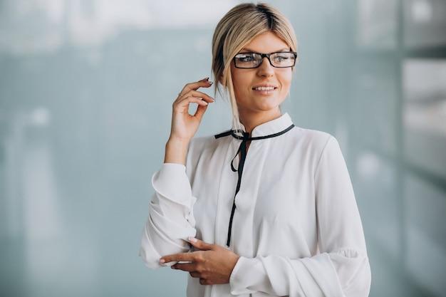 Młoda biznesowa kobieta w klasycznym stroju w biurze