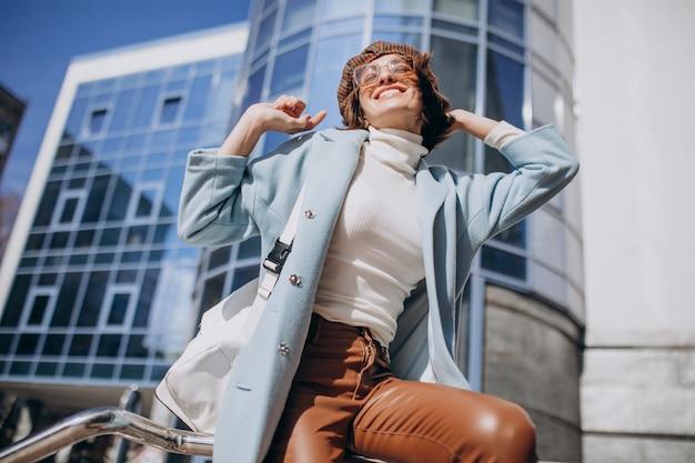 Młoda biznesowa kobieta w przypadkowym stroju centrum biznesu