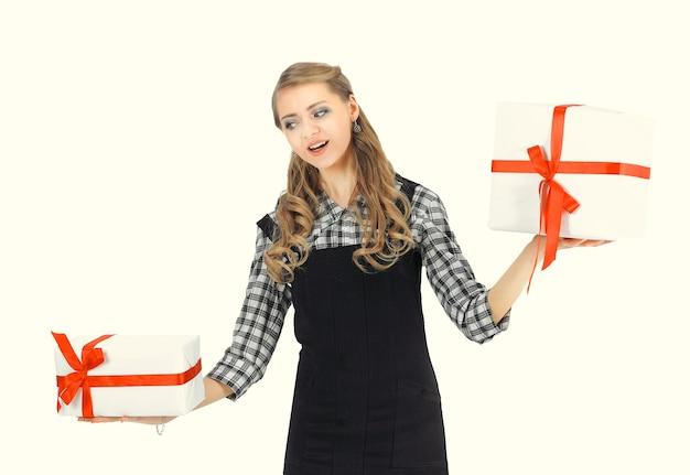 Młoda biznesowa kobieta z pudełkami na prezent na białym tle. zdjęcie z miejscem na kopię
