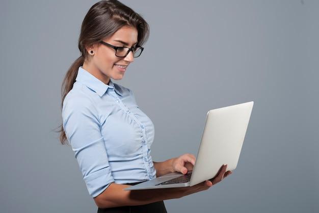Młoda biznesowa kobieta za pomocą laptopa