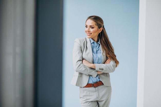 Młoda biznesowej kobiety pozycja w biurze odizolowywającym