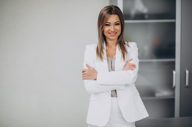 Młoda biznesowej kobiety pozycja w biurze