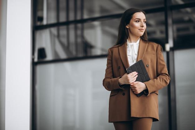 Młoda biznesowej kobiety pozycja w kostiumu w biurze