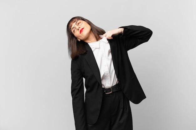 Młoda bizneswoman czuje się zestresowana, niespokojna, zmęczona i sfrustrowana, ciągnie za koszulkę, wygląda na sfrustrowaną problemem