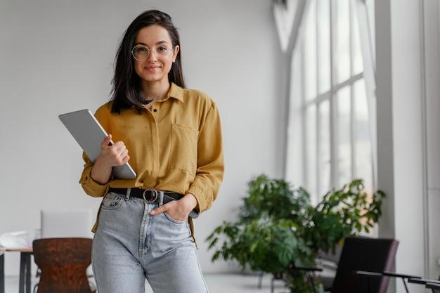 Młoda bizneswoman pozuje z miejsca na kopię