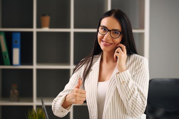 Młoda bizneswoman pracuje w biurze