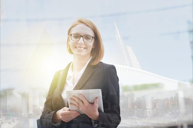 Młoda bizneswoman w środowisku miejskim