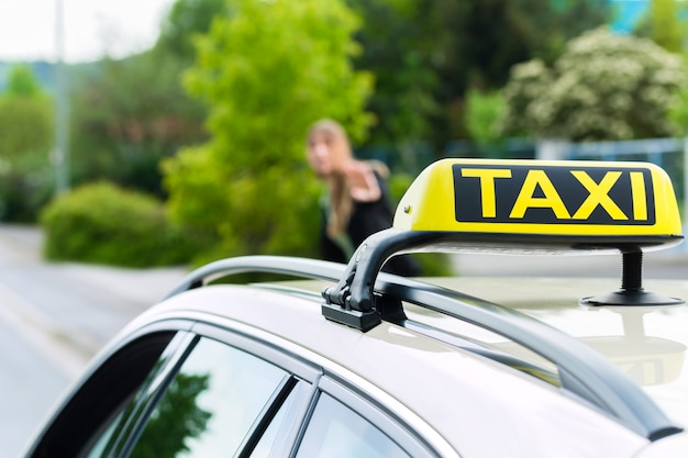 Młoda bizneswoman wzywa taksówkę