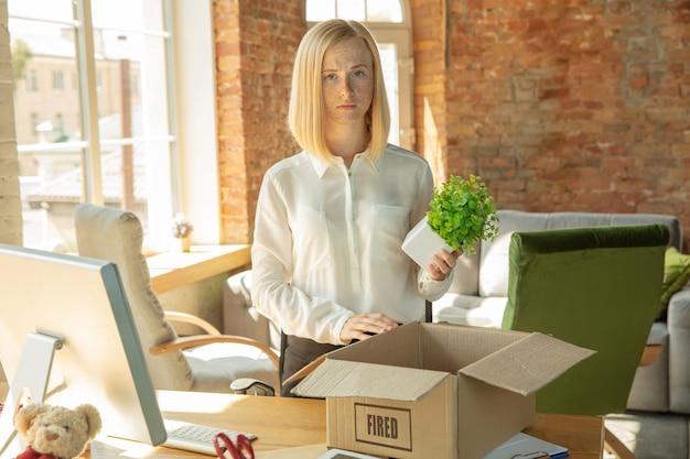 Młoda bizneswoman zwolniła, wygląda na zdenerwowaną