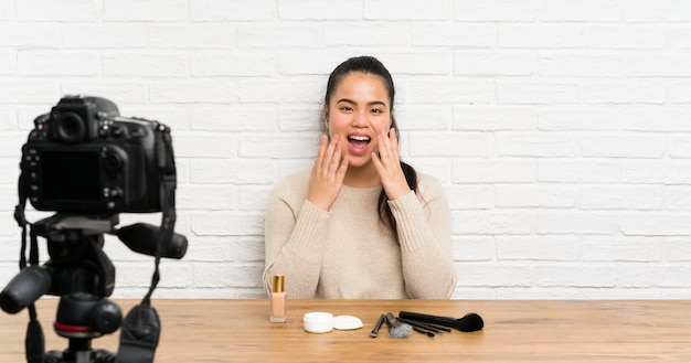 Młoda blogerka azjatka nagrywa film instruktażowy ze zdziwionym wyrazem twarzy