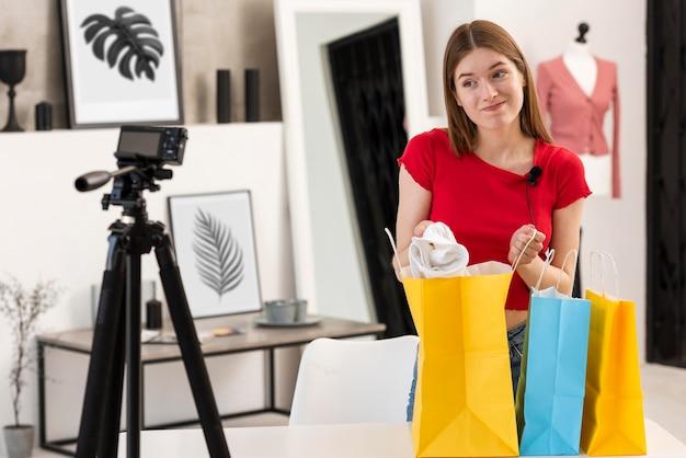 Młoda blogerka pokazująca, co kupiła