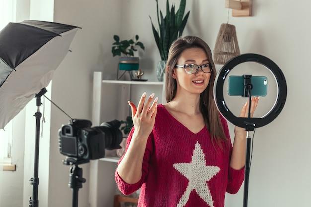 Młoda blogerka przygotowuje się do kręcenia wideo na vlog