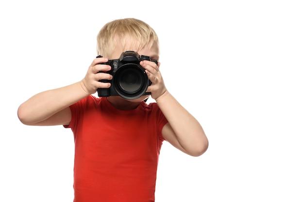 Młoda blond chłopiec z kamerą