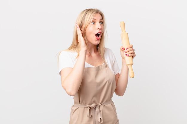 Młoda blond kobieta czuje się szczęśliwa, podekscytowana i zaskoczona. koncepcja piekarza