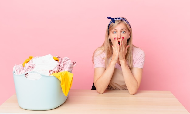 Młoda blond kobieta czuje się zszokowana i przestraszona. koncepcja prania ubrań