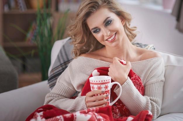Młoda blond kobieta pije gorącą czekoladę