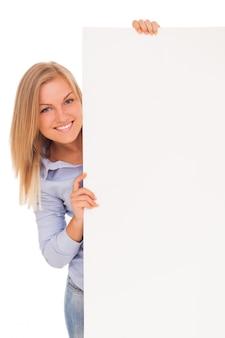 Młoda blond kobieta pokazano papier
