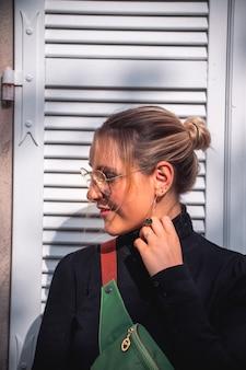 Młoda blond kobieta ubrana w stylowe ubrania