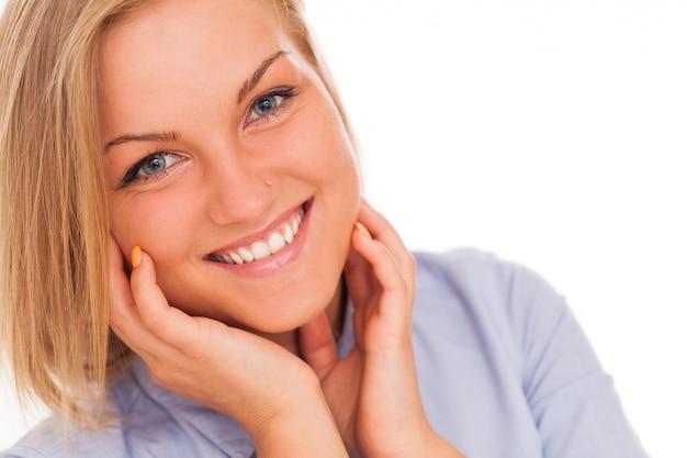 Młoda blond kobieta uśmiecha się